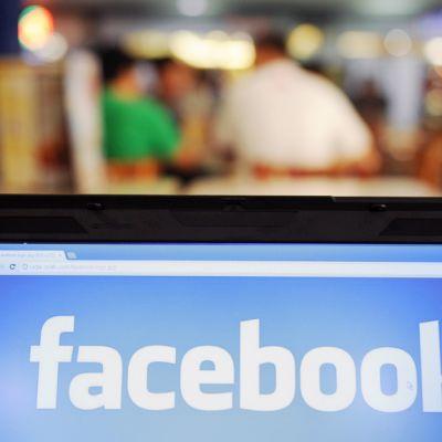 Facebookin logo kannettavan tietokoneen näytöllä.