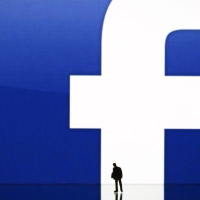 Kuvitus, jossa hahmo seisoo suuren f-merkin edessä. (Facebook).
