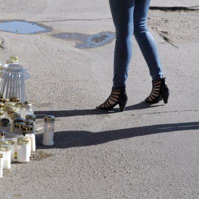 Ampumispaikalle syntynyt muistopaikka Hyvinkään keskustassa.