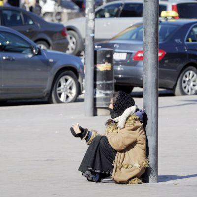 Romanialainen nainen kerjää kadulla Helsingissä.