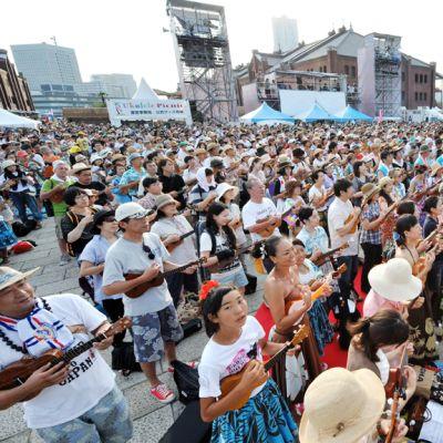 Japanilaiset tekivät maailmanennätyksen maailman suurimpana ukulelekokoonpanona Jokohamassa 28. heinäkuuta 2012.