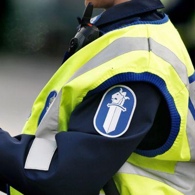 Poliisi asentaa alkometriä valmiiksi puhallutamista varten.