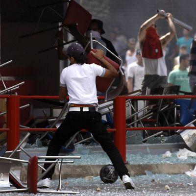 Protestoijat polttivat kaksi länsimaista ketjuruokalaa Tripolissa, Libanonissa 14. syyskuuta 2012.