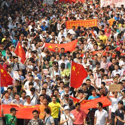 Kiinalaiset osallistuivat sankoin joukoin saarikiistan aikaansaamaan Japanin vastaiseen marssiin Shenzhenissä, Kiinassa, 18. syyskuuta 2012.