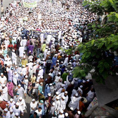 Mielenosoittajat marssivat Dhakassa, Bangladeshissa, 21. syyskuuta 2012.