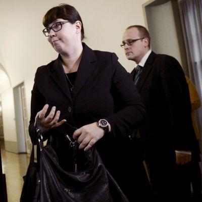 Merja Kyllönen menossa eduskunnan liikennevaliokunnan kuultavaksi.