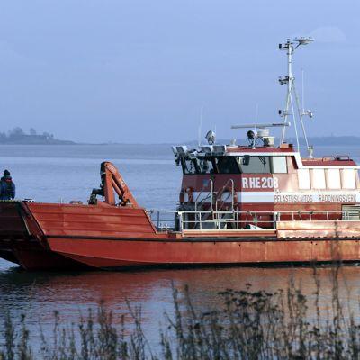 Pelastuslaitoksen alus etsii öljylauttaa Helsingin edustalla 3. marraskuuta 2012.