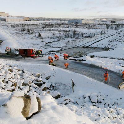 Työmiehet paikkaavat jätevesivuotoa Talvivaaran kaivoksen alueella Sotkamossa.