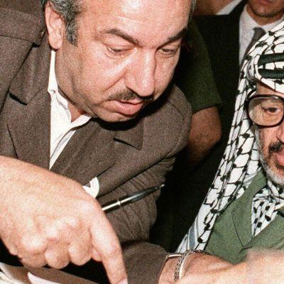 Jasser Arafat (oik.) kuvattuna yhdessä Khalil al-Wazirin (vas.) kanssa Algeriassa huhtikuussa vuonna 1987. Al-Wazir tunnetaan paremmin Abu Jihadina, joka surmattiin oletettavasti israelilaisten agenttien toimesta vuonna 1988.