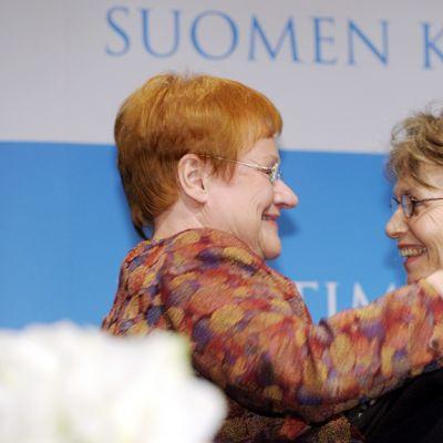 Kirjailija Ulla-Lena Lundberg  ja presidentti Tarja Halonen halaavat palkintojenjakotilaisuudessa Helsingissä.