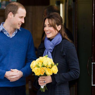 William ja Kate hymyilevät kuvaajille sairaalan ovella.