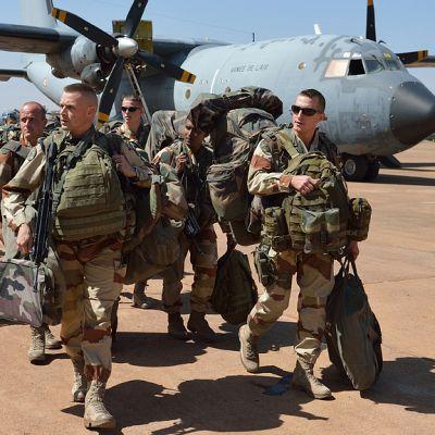 Ranskalaisia maajoukkojen sotilaita lentotukikohdassa kuljetuskoneen vierellä.