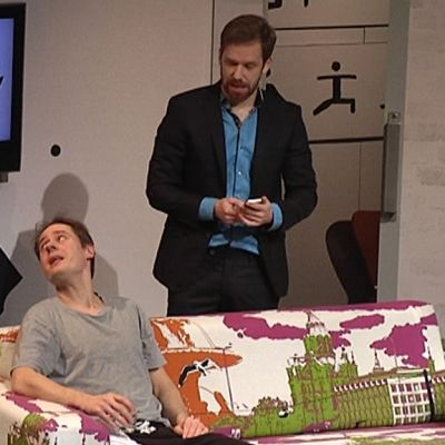 Kolme miestä Lappeenrannan kaupunginteatterin Paniikki-näytelmässä