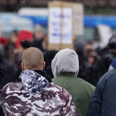 Joukko äärioikeistolaisia seurasi rasisminvastaista kulkuetta Turussa lauantaina 20. marraskuuta 2010.