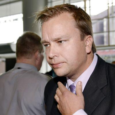 Antti Kaikkonen saapumassa Helsingin käräjäoikeuteen.