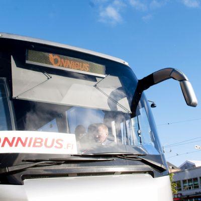 Onnibussin linja-auto lähdössä Helsingin Postitalon pysäkiltä.