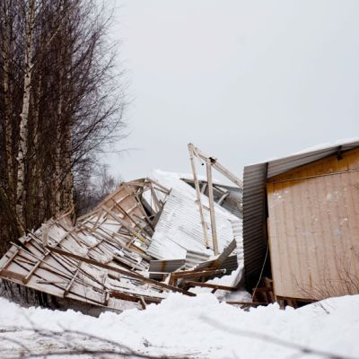 Laukaan ratsastuskoulun maneesin romahtanut katto ja rakenteet Laukaalla, 14. helmikuuta 2013.