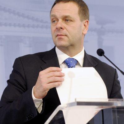 Elinkeinoministeri Jan Vapaavuori tiedotustilaisuudessa Helsingissä.