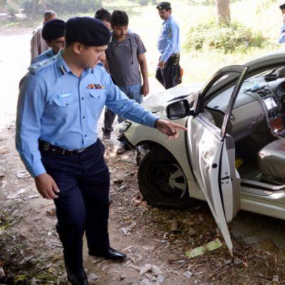 Poliisit tutkivat Chaudhry Zulfiqarin autoa Pakistanin Islamabadissa.