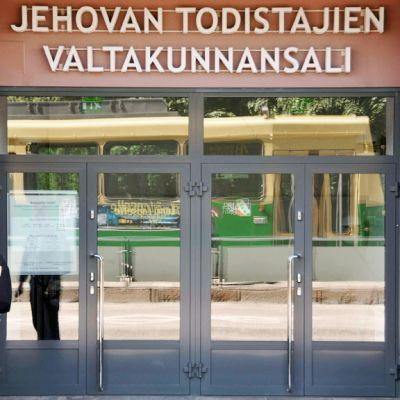 Mies seisoo Jehovan todistajien valtakunnan salin edustalla Helsingissä.
