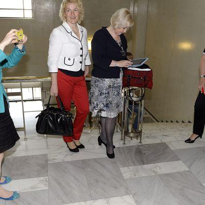 Krista Kiuru kuvaa puhelimellaan edustajatovereitaan eduskunnassa ennen SDP:n puoluehallituksen kokoustata.