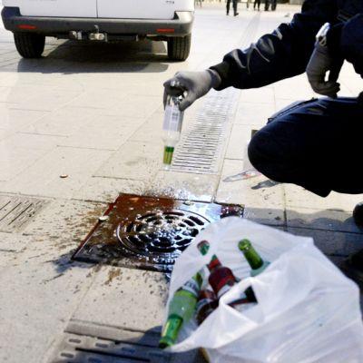Poliisi kaatoi nuorilta takavarikoituja alkoholijuomia viemäriin Narinkkatorilla Helsingissä