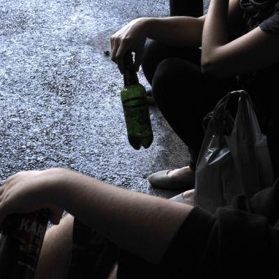 Nuoriso nauttii alkoholia julkisella paikalla Helsingissä toukokuussa 2013.