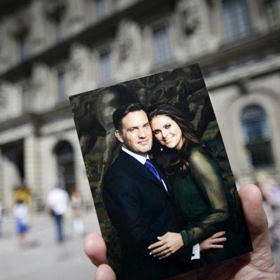 Prinsessa Madeleine ja Chris O Neillin postikortti kuvattuna kuninkaanlinnan pihalla perjantaina 7. kesäkuuta 2013.