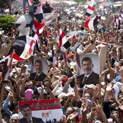 Egyptin syrjäytetyn presidentin Muhammad Mursin tukijat osoittivat mieltään Rabaa al-Adawiyan moskeijan edustalla Kairossa 5. heinäkuuta 2013.