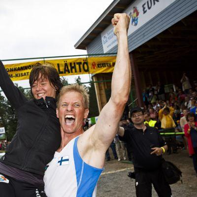 Kristiina Haapanen ja Taisto Miettinen juhlivat Eukonkannon maailmanmestaruuttaan Sonkajärvellä 6. heinäkuuta 2013.