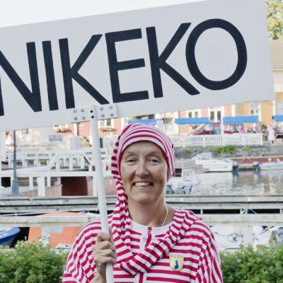 Unikeoksi valittiin Naantalin Oppaat ry, ja valinnan kunniaksi yhdistyksen puheenjohtaja Hanna-Leena Laihonen heitettiin mereen aikaisin aamulla Naantalissa unikeonpäivänä 27. heinäkuuta 2013.