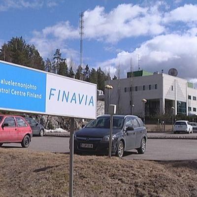 Suomen aluelennonjohdon kyltti ja talo Tampereella.