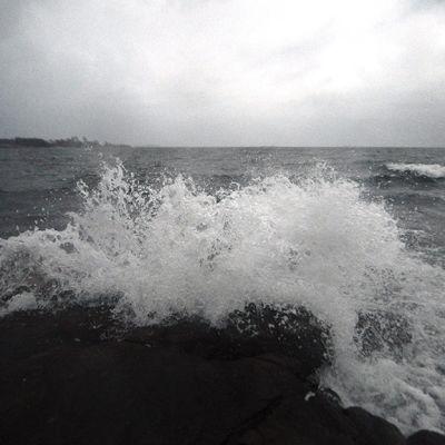 Aallot pärskyvät rantakiviin Suomenlinnassa Helsingissä illansuussa maanantaina 28. lokakuuta 2013.