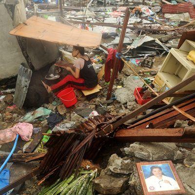 Taclobanin asukas valmistaa ruokaa itse kyhätyn suojan alla roskien keskellä 12. marraskuuta 2013.