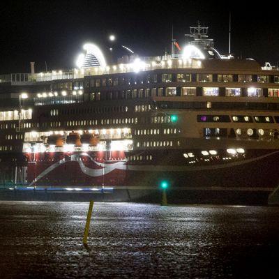 Viking Grace  saapumassa Turun satamaan.