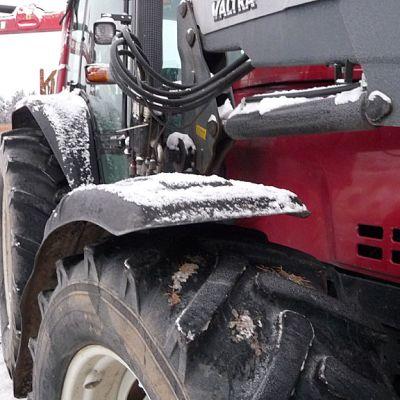 Kuvassa traktori.