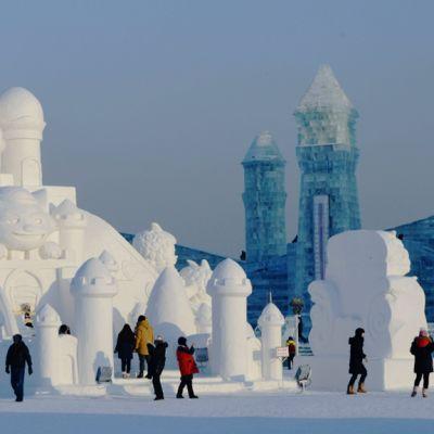 Vierailjoita Harbinin Jääfestivaalien jää-ja lumiteoksen edustalla 4. tammikuuta 2014.