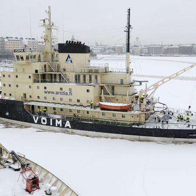 Jäänmurtaja Voima Katajanokan rannassa Helsingissä.