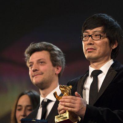 Elokuvaohjaaja Diao Yinan (kesk.), sekä näyttelijä Liao Fan (oik.) palkittiin Berlinalessa 15. helmikuuta 2014. Kuvassa oikealla myös ranskalaiset elokuvantekijät Caroline Poggi (vas.) ja Guillaume Caillau.