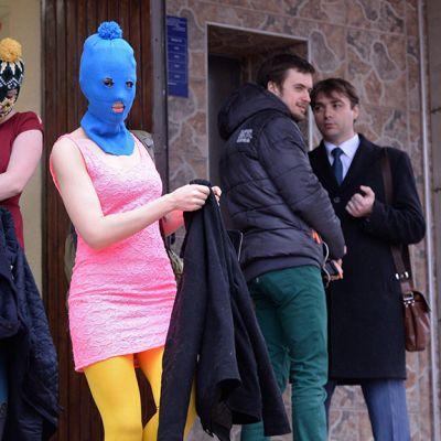 Pussy Riotin jäsenet poistuvat poliisiasemalta.