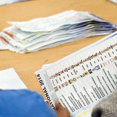 Eteläafrikkalaiset vaalivirkailijat laskevat ääniä Cape Townissa.