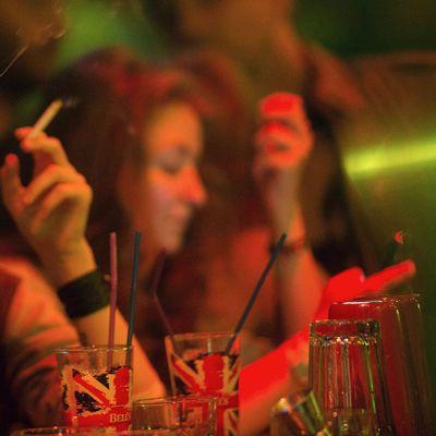 Ravintolan asiakkaat tupakoivat Moskovassa.