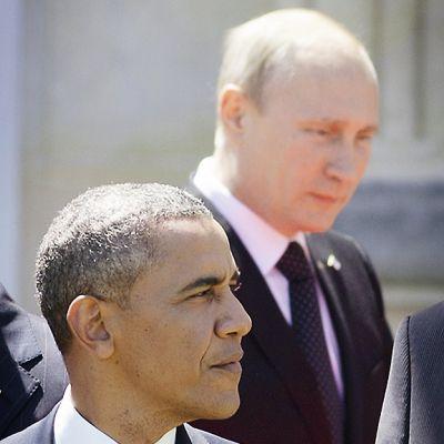 Yhdysvaltain presidentti Barack Obama takanaan Venäjän presidentti Vladimir Putin Ranskan Normandian maihinnousun 70-vuotismuistojuhlien tauolla.