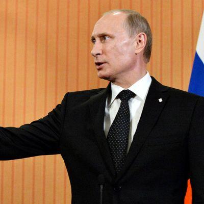 Vladimir Putin puhuu tiedotustilaisuudessaan Ranskan Normandiassa.