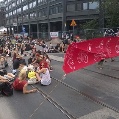 Kadunvaltaustapahtuma sulki kadun Helsingin keskustassa 9. elokuuta 2014.