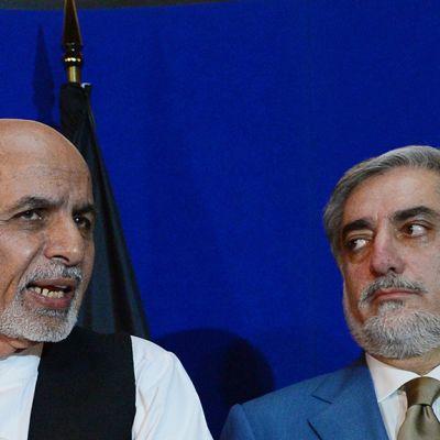 Afganistanin presidenttiehdokkaat Ashraf Ghani Ahmadzai (vas.) ja Abdullah Abdullah (oik.) kuvattuna lehdistötilaisuudessa Kabulissa 8. elokuuta 2014.