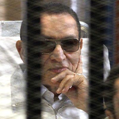 Hosni Mubarak oikeussalissa.