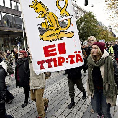 TTIP:n vastainen mielenosoitus Helsingissä.