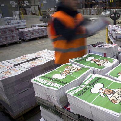 Vapaaehtoiset työntekijät tarkastivat Charlie Hebdo -lehtiä Villabessa.