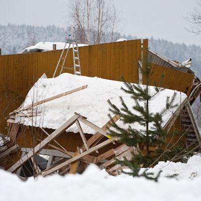 Ratsastuskoulun maneesin romahtanut katto ja rakenteet Laukaalla.